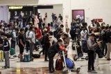Calon penumpang mengantre di loket check in Bandara Internasional Juanda Surabaya di Sidoarjo, Jawa Timur, Rabu (5/5/2021). Jelang pemberlakuan larangan mudik Hari Raya Idul Fitri 1442 Hijriah pada 6-17 Mei 2021, aktivitas di Bandara Juanda terpantau ramai dengan jumlah penumpang sekitar 23.000 orang. Antara Jatim/Umarul Faruq/zk