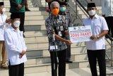 Ganjar serahkan 2.000 paket sembako pada warga Kota Semarang