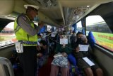 Polisi meminta penumpang bus menunjukan surat keterangan hasil negatif tes cepat antigen saat pemeriksaan di kawasan jalur Terminal Tipe A Mengwi, Badung, Bali, Rabu (5/5/2021). Polisi Lalu Lintas Polres Badung memperketat pemeriksaan di Terminal Mengwi untuk mengantisipasi terjadinya kemacetan di Pelabuhan Gilimanuk, Jembrana akibat banyaknya penumpang bus yang mengantre mengurus surat keterangan sehat bebas COVID-19 menjelang pemberlakuan larangan mudik Hari Raya Idul Fitri 1442 Hijriah pada 6-17 Mei 2021. ANTARA FOTO/Nyoman Hendra Wibowo/nym.