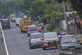 Sejumlah kendaraan melintas di Jalur Selatan Lingkar Gentong, Kabupaten Tasikmalaya, Jawa Barat, Rabu (5/5/2021). H-1 penyekatan larang mudik jalur selatan menuju Jawa Tengah dan sebaliknya terpantau ramai lancar. ANTARA JABAR/Adeng Bustomi/agr