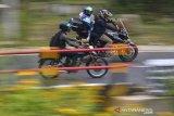 Pemudik sepeda motor melintas di Jalur Selatan Lingkar Gentong, Kabupaten Tasikmalaya, Jawa Barat, Rabu (5/5/2021). H-1 penyekatan larang mudik jalur selatan menuju Jawa Tengah dan sebaliknya terpantau ramai lancar. ANTARA JABAR/Adeng Bustomi/agr