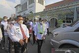 Menteri Perhubungan Budi Karya Sumadi (kanan) bersama Walikota Cirebon Nashrudin Azis (kiri) meninjau persiapan larangan mudik di Stasiun Kejaksan, Cirebon, Jawa Barat, Rabu (5/5/2021). Kunjungan tersebut untuk melakukan pengawasan langsung persiapan larangan mudik Lebaran di sejumlah titik di Cirebon. ANTARA JABAR/Dedhez Anggara/agr