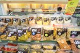 Calon pembeli memilih makanan ringan di salah satu pusat perbelanjaan di Kota Kediri, Jawa Timur, Rabu (5/5/2021). Menjelang lebaran penjualan makanan ringan atau cemilan di tempat itu meningkat hingga dua kali lipat dibanding hari biasa. Antara Jatim/Prasetia Fauzani/zk