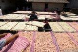 Pekerja menjemur rengginang di Desa Bomo,  Banyuwangi, Jawa Timur, Rabu (5/5/2021). Pemilik usaha itu mengaku untuk memenuhi tingginya permintaan rengginang sebagai persiapan jajanan saat lebaran Idul Fitri, produksinya ditingkatkan dari biasanya menghabiskan bahan baku beras ketan 1,5 kwintal perhari menjadi 2,5 kwintal per hari. Antara Jatim/Budi Candra Setya/zk