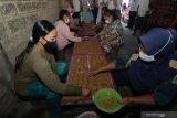 PERMINTAAN RENGGINANG MENINGKAT. Pekerja membuat rengginang di Desa Bomo,  Banyuwangi, Jawa Timur, Rabu (5/5/2021). Pemilik usaha itu mengaku untuk memenuhi tingginya permintaan rengginang sebagai persiapan jajanan saat lebaran Idul Fitri, produksinya ditingkatkan dari biasanya menghabiskan bahan baku beras ketan 1,5 kwintal perhari menjadi 2,5 kwintal per hari. Antara Jatim/Budi Candra Setya/zk