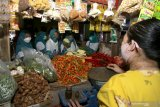 Sejumlah pegawai pemerintah berbelanja sayuran pada Hari Belanja ke Pasar Tradisional di Pasar Rogojampi,  Banyuwangi, Jawa Timur, Rabu (5/5/2021). Pada Hari Belanja ke Pasar Tradisional dan UMKM itu melibatkanASN, BUMN,BUMD, dan swasta untuk bergerak bersama membeli berbagai barang di pasar tradisional dan UMKM sebagai upaya pemulihan ekonomi masyarakat. Antara Jatim/Budi Candra Setya/zk