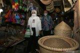 Bupati Banyuwangi Ipuk Fiestiandani Azwar Anas (kanan) bersama Sekretaris Kementerian PPPA Pribudiarta Nur Sitepu(kiri) berbelanja pada Hari Belanja ke Pasar Tradisional di Pasar Rogojampi,  Banyuwangi, Jawa Timur, Rabu (5/5/2021). Pada Hari Belanja ke Pasar Tradisional dan UMKM itu melibatkanASN, BUMN,BUMD, dan swasta untuk bergerak bersama membeli berbagai barang di pasar tradisional dan UMKM sebagai upaya pemulihan ekonomi masyarakat. Antara Jatim/Budi Candra Setya/zk