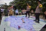 Kapolresta Banjarmasin Kombes Pol Rachmat Hendrawan (dua kanan) melakukan simulasi taktis permainan lantai (Tactical Floor Game) Sistem Pengamanan Kota (Sispamkota) usai apel gelar pasukan Operasi Ketupat Intan 2021 di Lapangan Kamboja, Banjarmasin, Kalimantan Selatan, Rabu (5/5/2021). Pemerintah Kota Banjarmasin berkerjasama dengan Kepolisian Resor Kota Banjarmasin akan memberlakukan jam malam dengan dilakukan penyekatan jalan masuk ke dalam kota dengan akses terbatas dan jalan keluar kota ditutup pada pukul  22.00 Wita sebagai upaya mendukung kebijakan larangan mudik oleh pemerintah serta dalam rangka mengamankan hari raya Idul Fitri 1442 H yang terhitung mulai 6-17 Mei 2021. Foto Antaranews Kalsel/Bayu Pratama S.