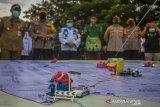 Pejabat Wali Kota Banjarmasin Akhmad Fydayeen (kiri) bersama Kapolresta Banjarmasin Kombes Pol Rachmat Hendrawan (dua kiri) melihat simulasi taktis permainan lantai (Tactical Floor Game) Sistem Pengamanan Kota (Sispamkota) usai apel gelar pasukan Operasi Ketupat Intan 2021 di Lapangan Kamboja, Banjarmasin, Kalimantan Selatan, Rabu (5/5/2021). Pemerintah Kota Banjarmasin berkerjasama dengan Kepolisian Resor Kota Banjarmasin akan memberlakukan jam malam dengan dilakukan penyekatan jalan masuk ke dalam kota dengan akses terbatas dan jalan keluar kota ditutup pada pukul  22.00 Wita sebagai upaya mendukung kebijakan larangan mudik oleh pemerintah serta dalam rangka mengamankan hari raya Idul Fitri 1442 H yang terhitung mulai 6-17 Mei 2021. Foto Antaranews Kalsel/Bayu Pratama S.