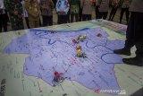 Replika Posko Pengamanan diletakkan di atas peta pada simulasi taktis permainan lantai (Tactical Floor Game) Sistem Pengamanan Kota (Sispamkota) usai apel gelar pasukan Operasi Ketupat Intan 2021 di Lapangan Kamboja, Banjarmasin, Kalimantan Selatan, Rabu (5/5/2021). Pemerintah Kota Banjarmasin berkerjasama dengan Kepolisian Resor Kota Banjarmasin akan memberlakukan jam malam dengan dilakukan penyekatan jalan masuk ke dalam kota dengan akses terbatas dan jalan keluar kota ditutup pada pukul  22.00 Wita sebagai upaya mendukung kebijakan larangan mudik oleh pemerintah serta dalam rangka mengamankan hari raya Idul Fitri 1442 H yang terhitung mulai 6-17 Mei 2021. Foto Antaranews Kalsel/Bayu Pratama S.