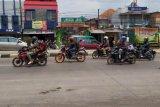 Sejumlah pemudik sepeda motor mulai terlihat di Jalan Raya Bandung-Garut