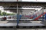 Aktivitas sepi di keberangkatan bus Terminal Purabaya, Bungurasih, Sidoarjo, Jawa Timur, Kamis (6/5/2021). Terkait adanya pemberlakuan larangan mudik Hari Raya Idul Fitri 1442 Hijriah pada 6-17 Mei 2021, aktivitas bus Antar Kota Dalam Provinsi (AKDP) dan Antar Kota Antar Provinsi (AKAP) di terminal Purabaya terpantau sepi . Antara Jatim/Umarul Faruq/zk