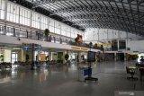 Aktivitas sepi ruang tunggu penumpang di terminal Purabaya, Bungurasih, Sidoarjo, Jawa Timur, Kamis (6/5/2021). Terkait adanya pemberlakuan larangan mudik Hari Raya Idul Fitri 1442 Hijriah pada 6-17 Mei 2021, aktivitas bus Antar Kota Dalam Provinsi (AKDP) dan Antar Kota Antar Provinsi (AKAP) di terminal Purabaya terpantau sepi . Antara Jatim/Umarul Faruq/zk
