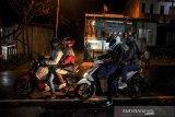 Pemudik melintas di Jalur Nagreg, Kabupaten Bandung, Jawa Barat, Rabu (5/5/2021) malam. Pada H-1 larangan mudik lebaran 2021, pemudik di Jalur Nagreg yang menuju arah Garut, Tasikmalaya dan Jawa Tengah terpantau ramai lancar dan di dominasi oleh kendaraan roda dua. ANTARA JABAR/Raisan Al Farisi/agr