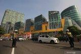 Polisi mengatur arus lalu lintas saat hari pertama penyekatan larangan mudik di Bundaran Waru, Surabaya, Jawa Timur, Kamis (6/5/2021). Penyekatan di sejumlah lokasi perbatasan kota Surabaya dilakukan serentak saat penerapan larangan mudik Lebaran 2021 sebagai upaya pencegahan penularan COVID-19.  Antara Jatim/Didik Suhartono/zk
