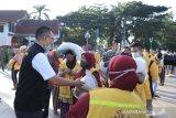 Gubernur menyerahkan bansos Lebaran bagi 958 petugas kebersihan di NTB