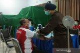 Pegawai BLK Kendari menjalani vaksinasi guna memutus mata rantai COVID-19