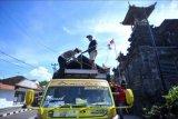 Petugas memeriksa muatan truk saat hari pertama penyekatan mudik Lebaran di Pos Penyekatan Padangbai, Karangasem, Bali, Kamis (6/5/2021). Penyekatan di kawasan Pelabuhan Padangbai itu dilakukan untuk menghalau adanya masyarakat yang melakukan perjalanan mudik di jalur penyeberangan laut yang menghubungkan Bali-NTB tersebut selama pemberlakuan larangan mudik Hari Raya Idul Fitri 1442 Hijriah pada 6-17 Mei 2021. ANTARA FOTO/Fikri Yusuf/nym.