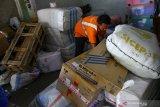 Pekerja menata paket yang dikirimkan melalui kereta api di Stasiun Kotabaru, Malang, Jawa Timur, Kamis (6/5/2021). Pengelola jasa kiriman paket kereta api setempat mengatakan, sejak beberapa hari terakhir kiriman paket mengalami peningkatan terutama untuk tujuan Jawa dan Bali. Antara Jatim/Ari Bowo Sucipto/zk