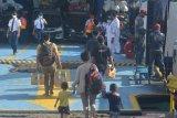 Calon penumpang memasuki Kapal Motor Penyeberangan (KMP) Satya Kencana di Pelabuhan Jangkar, Situbondo, Jawa Timur, Kamis (6/5/2021). Pelabuhan Jangkar menghentikan pelayanan penyeberangan untuk pemudik ke sejumlah pulau di Madura dan hanya  melayani penyeberangan distribusi kebutuhan pokok dan bagi penumpang yang berizin khusus dalam upaya mencegah penyebaran COVID-19 di libur Lebaran. Antara Jatim/Seno/zk