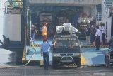 Sebuah mobil pick up memasuki Kapal Motor Penyeberangan (KMP) Satya Kencana di Pelabuhan Jangkar, Situbondo, Jawa Timur, Kamis (6/5/2021). Pelabuhan Jangkar menghentikan pelayanan penyeberangan untuk pemudik ke sejumlah pulau di Madura dan hanya  melayani penyeberangan distribusi kebutuhan pokok dan bagi penumpang yang berizin khusus dalam upaya mencegah penyebaran COVID-19 di libur Lebaran. Antara Jatim/Seno/zk