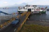 Sebuah mobil angkutan barang memasuki kapal fery untuk menyeberang ke Jawa saat dimulainya penyekatan mudik Lebaran di Pelabuhan Gilimanuk, Bali, Kamis (6/5/2021). Pelabuhan Gilimanuk sejak Kamis (6/5) pukul 00.00 WIta menghentikan pelayanan penyeberangan bagi pemudik dan hanya melayani penyeberangan untuk dstribusi logistik / kebutuhan pokok dan bagi yang berizin khusus hingga 17 Mei 2021 dalam upaya mencegah penyebaran COVID-19 pada libur Lebaran. ANTARA FOTO/Nyoman Budhiana.