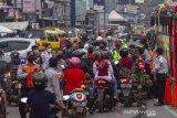 Petugas gabungan menghalau pemudik sepeda motor saat hari pertama penyekatan larangan mudik di Karawang, Jawa Barat, Kamis (6/5/2020). Penyekatan akses transportasi tersebut sebagai tindak lanjut kebijakan larangan mudik Lebaran pada 6 -17 Mei 2021 yang berlaku bagi kendaraan pribadi, angkutan umum dan motor kecuali mobil pemadam kebakaran, angkutan logistik dan kebutuhan pokok serta ambulan. ANTARA JABAR/M Ibnu Chazar/agr