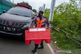Petugas gabungan menaruh pembatas jalan saat hari pertama penyekatan larangan mudik di Karawang, Jawa Barat, Kamis (6/5/2020). Penyekatan akses transportasi tersebut sebagai tindak lanjut kebijakan larangan mudik Lebaran pada 6 -17 Mei 2021 yang berlaku bagi kendaraan pribadi, angkutan umum dan motor kecuali mobil pemadam kebakaran, angkutan logistik dan kebutuhan pokok serta ambulan. ANTARA JABAR/M Ibnu Chazar/agr