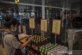 Pekerja merapikan minuman di sebuah mini market di pintu kedatangan domestik Bandara Husein Sastranegara, Bandung, Jawa Barat, Jumat (7/5/2021). Direktur Utama Angkasa Pura (AP) II Muhammad Awaludiin mengatakan, sejumlah maskapai penerbangan telah mengonfirmasi tidak akan melayani penerbangan di bandara yang dikelola oleh AP II pada 6 hingga 17 Mei 2021 sebagai upaya mendukung pemerintah terkait ketentuan peniadaan mudik guna mencegah penyebaran COVID-19. ANTARA JABAR/Raisan Al Farisi/agr