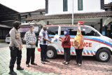 Bupati Sleman menyerahkan bantuan ambulans untuk Kelurahan Candibinangun