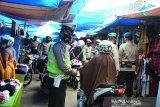 PENGAWASAN PUSAT KERAMAIAN JELANG LEBARAN. Personel gabungan Polri, TNI dan Satpol PP melakukan pengawasan di pusat keramaian Pasar Aceh, Banda Aceh, Aceh, Kamis (6/5/2021). Polda Aceh mengintensifkan pengawasan menjelang Idul Fitri di sejumlah pusat keramaian untuk penegakan disiplin protokol kesehatan dan selain imbauan agar warga mengenakan masker dan menjaga jarak  guna mencegah penyebaran COVID-19. ANTARA FOTO/Ampelsa.
