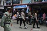 PENGAWASAN PUSAT KERAMAIAN JELANG LEBARAN. Personel gabungan Polri, TNI dan Satpol PP melakukan pengawasan di pusat keramaian pasar tradisional Banda Aceh, Aceh, Kamis (6/5/2021). Polda Aceh mengintensifkan pengawasan menjelang Idul Fitri di sejumlah pusat keramaian, untuk meningkatkan disiplin protokol kesehatan dan mengimbau warga patuh mengenakan masker dan menjaga jarak  guna mencegah penyebaran COVID-19. ANTARA FOTO/Ampelsa.