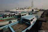 KM Satya Kencana III berlayar dari Dermaga Jamrud Selatan, Pelabuhan Tanjung Perak Surabaya, Jawa Timur, Jumat (7/5/2021). Pada masa larangan mudik Lebaran 2021di pelabuhan tersebut terpantau lengang. Antara Jatim/Didik Suhartono/zk