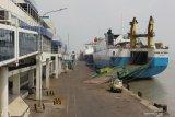 Sejumlah kapal motor bersandar di Dermaga Jamrud Utara, Pelabuhan Tanjung Perak Surabaya, Jawa Timur, Jumat (7/5/2021). Pada masa larangan mudik Lebaran 2021di pelabuhan tersebut terpantau lengang. Antara Jatim/Didik Suhartono/zk