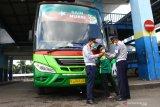 Petugas Dinas Perhubungan mengecek kelengkapan dokumen sebuah bus Antar Kota Dalam Provinsi (AKDP) berstiker khusus sebelum berangkat dari Terminal Arjosari, Malang, Jawa Timur, Jumat (7/5/2021). Pemeriksaan tersebut dilakukan untuk memastikan kelengkapan dokumen sekaligus peralatan keselamatan pada bus yang beroperasi selama larangan mudik. Antara Jatim/Ari Bowo Sucipto/zk