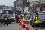 Petugas gabungan mengatur kendaraan yang melintas untuk diperiksa di check point penyekatan arus mudik di Gerbang Tol Karawang Barat, Jawa Barat, Jumat (7/5/2021). Pemeriksaan pengendara di akses transportasi tersebut dalam rangka pemberlakuan larangan mudik Lebaran dan mengantisipasi risiko peningkatan kasus penularan COVID-19 jelang perayaan Hari Raya Idul Fitri 1442 H. ANTARA JABAR/M Ibnu Chazar/agr