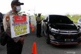 Petugas memeriksa kelengkapan surat dan KTP saat hari pertama penyekatan larangan mudik di Perbatasan Surabaya-Sidoarjo di Tambak Sumur, Sidoarjo, Jawa Timur, Kamis (6/5/2021). Penyekatan di sejumlah lokasi perbatasan tersebut serentak saat penerapan larangan mudik Lebaran 2021 sebagai upaya pencegahan penularan COVID-19. Antara Jatim/Umarul Faruq/zk