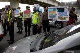 Petugas membawa poster sosialisasi saat penyekatan larangan mudik di Perbatasan Surabaya-Sidoarjo di Tambak Sumur, Sidoarjo, Jawa Timur, Kamis (6/5/2021). Penyekatan di sejumlah lokasi perbatasan tersebut serentak saat penerapan larangan mudik Lebaran 2021 sebagai upaya pencegahan penularan COVID-19.  Antara Jatim/Umarul Faruq/zk