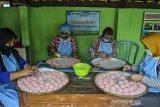 Perajin membuat makanan tradisional rengginang berbahan beras ketan di Lingkungan Wargamulya, Purwaharja, Kota Banjar, Jawa Barat, Jumat (7/5/2021). Perajin binaan Kantor Perwakilan (KPw) Bank Indonesia (BI) Tasikmalaya mampu memproduksi rengginang tujuh kuintal untuk memenuhi tingginya permintaan ke sejumlah wilayah di Jabar, Jabodetabek, bahkan tembus ke mancanegara  seperti Jepang dan Turki dan di jual dengan harga Rp35 ribu per kg. ANTARA JABAR/Adeng Bustomi/agr