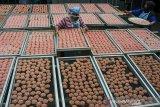 Perajin menjemur makanan tradisional rengginang berbahan beras ketan di Lingkungan Wargamulya, Purwaharja, Kota Banjar, Jawa Barat, Jumat (7/5/2021). Perajin binaan Kantor Perwakilan (KPw) Bank Indonesia (BI) Tasikmalaya mampu memproduksi rengginang tujuh kuintal untuk memenuhi tingginya permintaan ke sejumlah wilayah di Jabar, Jabodetabek, bahkan tembus ke mancanegara  seperti Jepang dan Turki dan di jual dengan harga Rp35 ribu per kg. ANTARA JABAR/Adeng Bustomi/agr