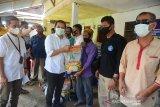 SALURKAN SEMBAKO UNTUK TUNANETRA TERDAMPAK COVID-19. Ketua Forum Komunikasi Badan Usaha Milik Negera (FKBUMN) Aceh, Ferry Heriawan (kedua kiri) menyerahkan paket sembako kepada penyandang Tunanetra di Banda Aceh, Aceh, Jumat (7/5/2021). FK BUMN Aceh menyalurkan bantuan paket sembako kepada penyandang Tunanetra  yang kehilangan pekerjaan sebagai jasa pijat di sejumlah Panti Pijat  akibat pandemi COVID-19. ANTARA FOTO/Ampelsa.