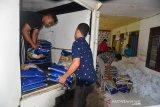 SALURKAN SEMBAKO UNTUK TUNANETRA TERDAMPAK COVID-19. Pekerja menurunkan paket sembako dari truk barang saat proses penyaluran kepada penyandang Tunanetra di Banda Aceh, Aceh, Jumat (7/5/2021). FK BUMN Aceh menyalurkan bantuan paket sembako kepada penyandang Tunanetra  yang kehilangan pekerjaan sebagai jasa pijat di sejumlah Panti Pijat  akibat pandemi COVID-19. ANTARA FOTO/Ampelsa.