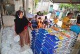 SALURKAN SEMBAKO UNTUK TUNANETRA TERDAMPAK COVID-19. Sejumlah penyandang Tunanetra  menerima bantuan paket sembako di Banda Aceh, Aceh, Jumat (7/5/2021). FK BUMN Aceh menyalurkan bantuan paket sembako kepada penyandang Tunanetra  yang kehilangan pekerjaan sebagai jasa pijat di sejumlah Panti Pijat  akibat pandemi COVID-19. ANTARA FOTO/Ampelsa.