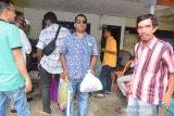 SALURKAN SEMBAKO UNTUK TUNANETRA TERDAMPAK COVID-19. Seorang penyandang Tunanetra membawa paket sembako bantuan BUMN saat penyaluran di Banda Aceh, Aceh, Jumat (7/5/2021). FK BUMN Aceh menyalurkan bantuan paket sembako kepada penyandang Tunanetra  yang kehilangan pekerjaan sebagai jasa pijat di sejumlah Panti Pijat  akibat pandemi COVID-19. ANTARA FOTO/Ampelsa.