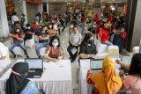 Karyawan mal dan pekerja tenant mengantre untuk mengikuti vaksinasi COVID-19 di Lippo Mal Sidoarjo, Jawa Timur, Jumat (7/5/2021). Dinas Kesehatan Sidoarjo mulai melakukan vaksinasi terhadap 400 karyawan mal dan pekerja tenant yang bertujuan memberikan semangat dan harapan baru untuk pemulihan ekonomi. Antara Jatim/Umarul Faruq/zk
