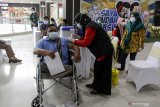 Petugas kesehatan menyuntikkan vaksin COVID-19 kepada karyawan mal dan pekerja tenant yang disabilitas di Lippo Mal Sidoarjo, Jawa Timur, Jumat (7/5/2021). Dinas Kesehatan Sidoarjo mulai melakukan vaksinasi terhadap 400 karyawan mal dan pekerja tenant yang bertujuan memberikan semangat dan harapan baru untuk pemulihan ekonomi. Antara Jatim/Umarul Faruq/zk