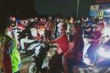 Viral video ratusan pemudik terobos penyekatan di Karawang