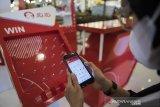 Pengunjung mempraktikkan pemanfaatan platform penjualan digital (e-commerce) JD.ID di Paris van Java Mall, Bandung, Jawa Barat, Sabtu (8/5/2021). Program ekspansi JD.ID tersebut dalam rangka menyasar target konsumen yang lebih luas, baik kaum muda ataupun dewasa di Kota Bandung. ANTARA JABAR/M Agung Rajasa/agr
