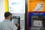 BSI PERCEPAT OPTIMALISASI LAYANAN ATM DI ACEH. Nasabah melakukan transaksi keuangan di  Anjungan Tunai Mandiri (ATM)  Bank Syariah Indonesia Tbk  di Banda Aceh, Aceh, Minggu (9/5/2021). Bank Syariat Indonesia (BSI) di Aceh terus berupaya membenahi sistem dan operasional sebanyak 450  unit ATM ex-BRIS dari total sekitar 900 unit ATM tersebar di Aceh dalam upaya percepatan dan optimalisasi layanan keuangan masyarakat menjelang Idul Fitri. ANTARA FOTO/Ampelsa.
