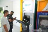 BSI PERCEPAT OPTIMALISASI LAYANAN ATM DI ACEH. Petugas memeriksa sistem operasional Anjungan Tunai Mandiri (ATM)  Bank Syariah Indonesia di Banda Aceh, Aceh, Minggu (9/5/2021). Bank Syariat Indonesia (BSI)  Aceh terus berupaya membenahi sistem dan operasional sebanyak 450  unit ATM ex-BRIS dari total 900 unit ATM tersebar di Aceh dalam upaya percepatan optimalisasi layanan keuangan masyarakat menjelang Idul Fitri. ANTARA FOTO/Ampelsa